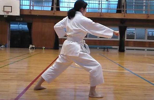 空手の前屈立ちをゆるく活用で効率よく大腿四頭筋を鍛える